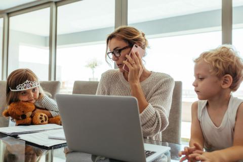 Una madre con sus hijos en la oficina.