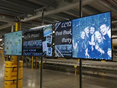 Un anuncio de la fiesta tras el pico de demanda en un almacén en Reino Unido.
