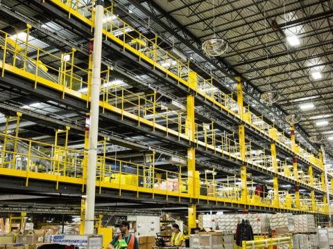 Un centro de almacenamiento de Amazon en Robbinsville, Nueva Jersey.