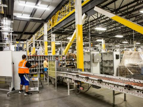 Trabajadores de un centro de almacenamiento de Amazon en Robbinsville, Nueva Jersey.