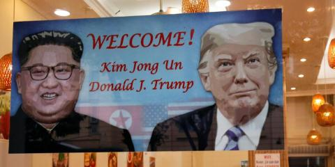 Un cartel en un restaurante norcoreano en Hanoi