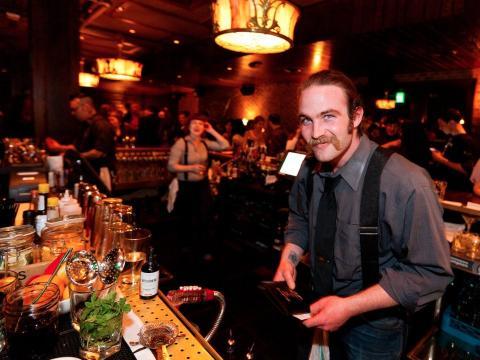 barman trabajando en la barra del bar
