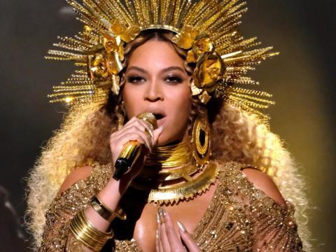 Beyoncé actuando en los Grammy con un vestido de Peter Dundas.