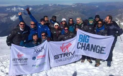 Richard Branson y su equipo en la nieve.
