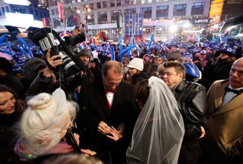 Los cámaras tuvieron que abrirse hueco entre las masas para grabar la boda.