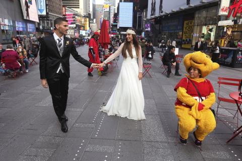 Ambos llevaban traje de boda tradicional.