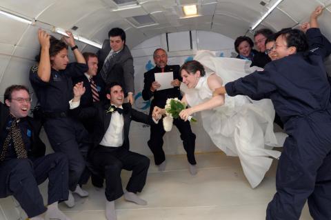 La pareja literalmente desafió a la gravedad durante su boda.