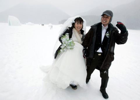 Una pareja se casa en Hokkaido, Japón, el día de San Valentín en 2007.