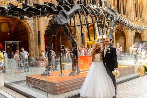 Recién casados posan en el Museo Natural de Historia en Londres, Reino Unido, 2016.
