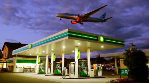 Un avión sobrevuela una gasolinera BP en Suiza