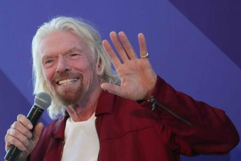 Richard Branson saludando.