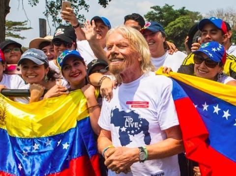 Richard Branson posando con venezolanos.