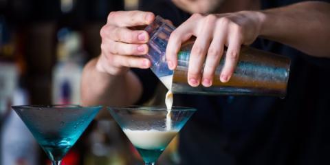 camarero preparando un cóctel