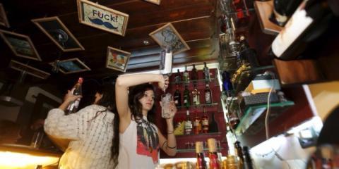 camareros sirviendo bebidas en un bar