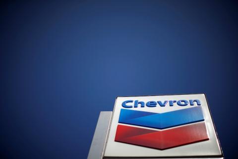 Logotipo de Chevron en una gasolinera