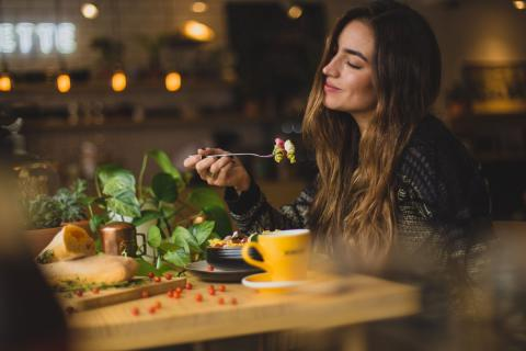 Chica comiendo pasta