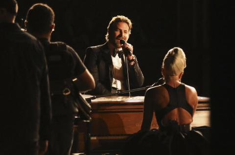 Bradley Cooper y Lady Gaga cantan en los Premios Oscar 2019.