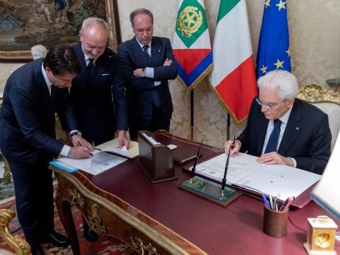 El primer ministro designado de Italia, Giuseppe Conte, y el presidente italiano Sergio Mattarella firman documentos en el Palacio del Quirinal en Roma, Italia, el 31 de mayo de 2018.