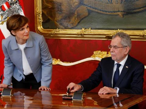 El presidente austriaco Alexander Van der Bellen toma juramento a la ministra de Sanidad, Pamela Rendi-Wagner, en marzo de 2017.