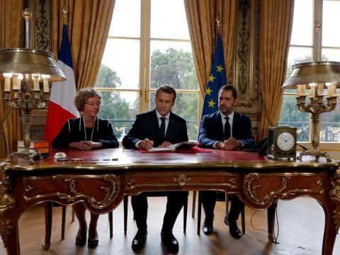 El presidente francés, Emmanuel Macron, en el Palacio del Elíseo en París junto a la ministra de Trabajo Muriel Penicaud y el portavoz del gobierno, Christophe Castaner, en 2017.