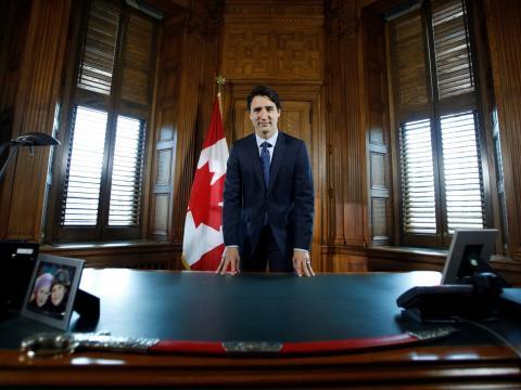 El primer ministro de Canadá, Justin Trudeau, posa en su escritorio tras una entrevista con Reuters en su oficina en Parliament Hill en Ottawa, Ontario, Canadá, el 19 de mayo de 2016.