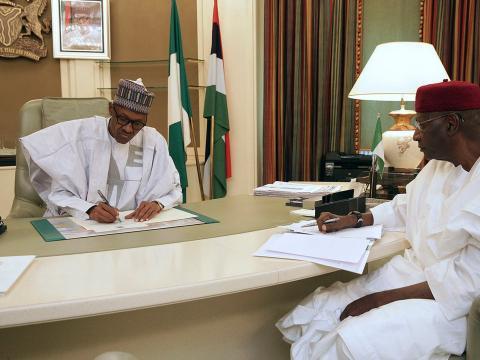 El presidente nigeriano Muhammadu Buhari en el despacho presidencial.