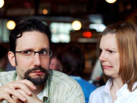 dos personas mirando de manera escéptica