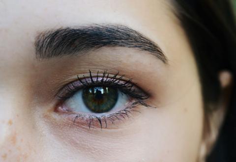 Las personas con ojos oscuros liberan más melatonina en invierno que las personas de ojos claros.