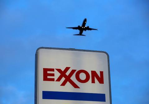Un avión sobrevuela una gasolinera de Exxon en Chicago (EE.UU.)