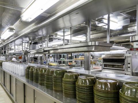 """""""La comida apesta"""", dijo un ex empleado de Norwegian Cruise Line y Holland America Line."""