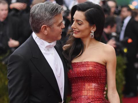 """George y Amal Clooney donaron recientemente para apoyar la campaña """"March For Our Lives""""."""