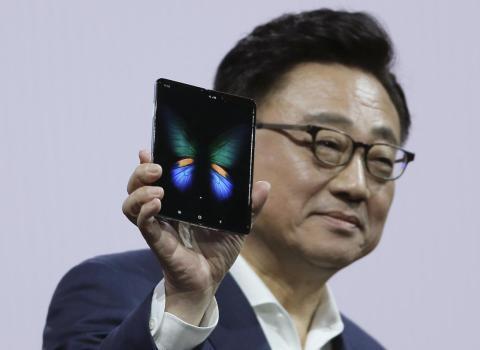 DJ Koh, CEO de Samsung, muestra el Galaxy Fold
