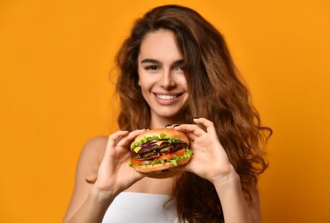 Una mujer come una hamburguesa