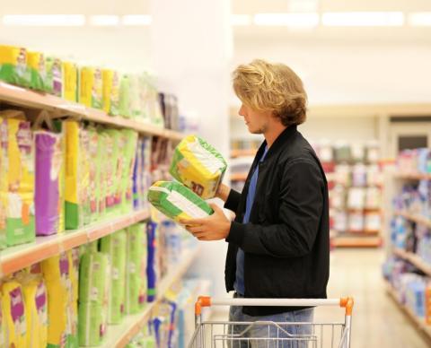 Hombre compra pañales en un supermercado