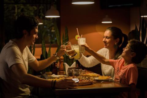 familia comiendo, cena, pizza