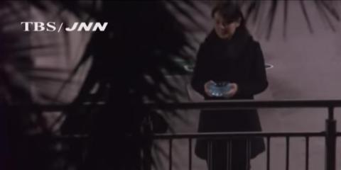 Cámaras japonesas grabaron a la hermana de Kim llevando un cenicero de cristal para que su hermano apagara su cigarrillo.
