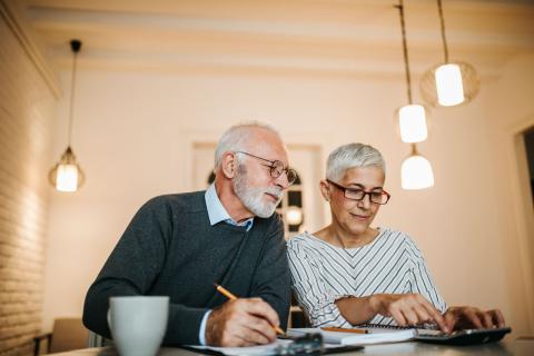 Dos jubilados revisan su contabilidad