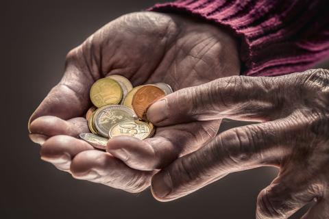 Un jubilado cuenta monedas sueltas