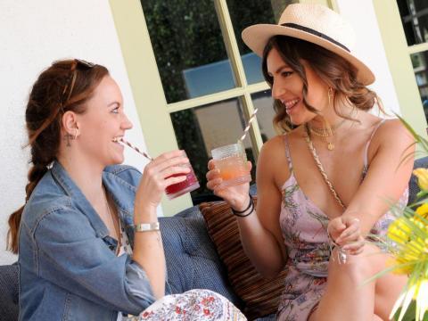 Dos mujeres ociosas tomando unos cócteles