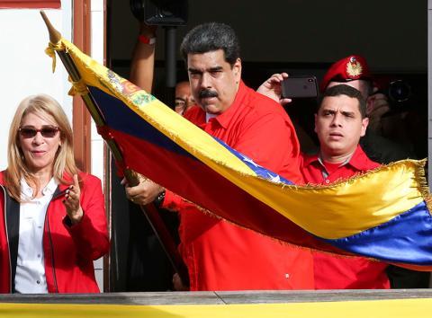 Maduro con la bandera de Venezuela