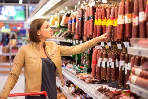 Mujer compra en un supermercado