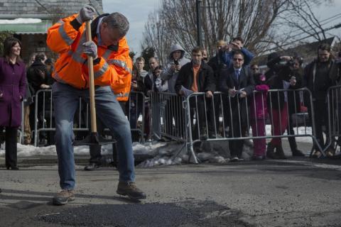 El alcalde de Nueva York, Bill de Blasio, llena un bache en Queens.