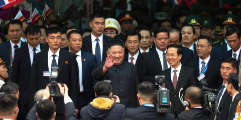 Kim llegando a la estación de tren Dong Dang en la frontera china el martes.