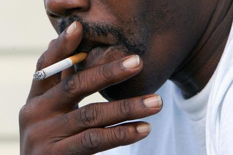 Un hombre fumando un cigarro en Euharlee, Georgia.