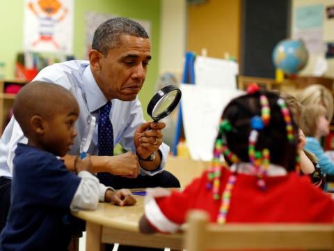 obama pasa tiempo con alumnos en un colegio
