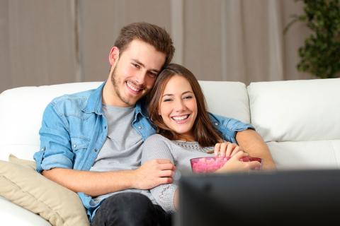 pareja ve television