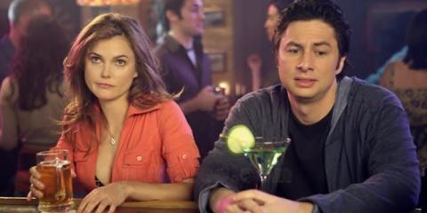 personas bebiendo alcohol en la barra de un bar