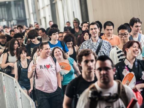 personas esperando en una cola