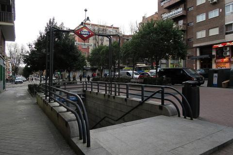 Boca de metro de Puerta del Ángel, en el distrito de Latina (Madrid)