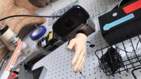 El brazo robótico funciona gracias a una Raspberry Pi y está programado con Python. Así, puede tomar una foto de la imagen en la que se encuentra Wally.